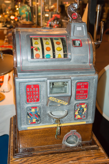 Vintage Nickel Slot Machine in excellent condition